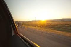 Opinião do nascer do sol fora da janela do veículo Imagens de Stock