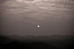 Opinião do nascer do sol no Monochrome da cume Foto de Stock Royalty Free