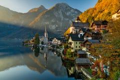 Opinião do nascer do sol da aldeia da montanha famosa de Hallstatt com lago Hallstatter, Áustria fotos de stock