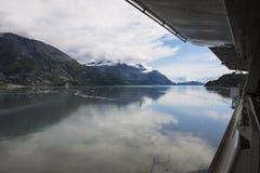 Opinião do navio em montanhas em Alaska foto de stock royalty free