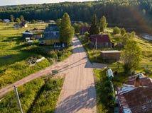 Opinião do olho do ` s do pássaro da vila de Soginicy e do rio de Vazhinka, distrito de Podporozhysky Imagem de Stock Royalty Free