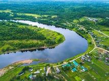 Opinião do olho do ` s do pássaro das florestas verdes, do rio e da vila Carélia Imagem de Stock Royalty Free