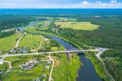 Opinião do olho do ` s do pássaro das florestas verdes, do rio e da vila Carélia Imagens de Stock Royalty Free