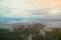 Opinião do pássaro em Rio de janeiro com céu nebuloso Imagens de Stock