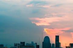 Opinião do pássaro sobre a arquitetura da cidade com por do sol e nuvens na noite C foto de stock royalty free