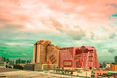 Opinião do pássaro sobre a arquitetura da cidade com por do sol e nuvens na noite C fotos de stock royalty free