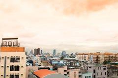 Opinião do pássaro sobre a arquitetura da cidade com por do sol e nuvens na noite C imagem de stock royalty free