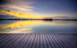 Opinião do pátio sobre o lago no por do sol pronto para o displa da montagem do produto fotos de stock royalty free