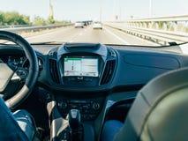 Opinião do painel e mapa de GPS do carro moderno com mãos do motorista On Steering Wheel foto de stock