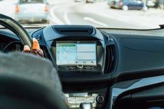 Opinião do painel e mapa de GPS do carro moderno com mãos do motorista On Steering Wheel imagens de stock