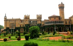 Opinião do palácio de Bangalore com jardim bonito imagens de stock royalty free