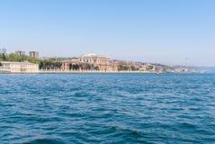 Opinião do palácio de Dolmabahce do passo de Bosphorus em Istambul Turquia Foto de Stock Royalty Free