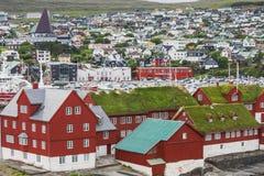 Opinião do panorama à cidade de Torshavn em ilhas de Faroer imagens de stock