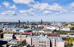 Opinião do panorama da cidade de Riga, capital de Letónia imagens de stock royalty free