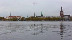 Opinião do panorama da cidade de Riga, capital de Letónia A terraplenagem do rio do Daugava vídeos de arquivo