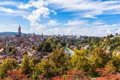 Opinião do panorama da cidade velha de Berne da parte superior da montanha Fotos de Stock Royalty Free