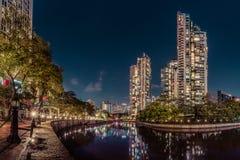 Opinião do panorama da noite da cidade do rio de Singapura fotos de stock