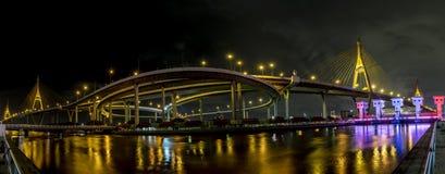 Opinião do panorama da noite da ponte de Bhumibol Imagens de Stock