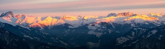 Opinião do panorama da paisagem da montanha do inverno nos cumes suíços Imagem de Stock