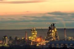 Opinião do panorama da planta do cimento e do sation do poder na noite em Ivano-Frankivsk, Ucrânia Foto de Stock Royalty Free