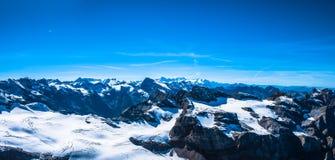 Opinião do panorama de cumes suíços fotos de stock