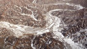 Opinião do panorama de montanhas e de vilas da neve Imagem de Stock