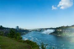 Opinião do panorama de Niagara Falls com o barco que cruza no rio imagens de stock royalty free