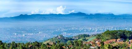 Opinião do panorama de pouca vila sobre o monte e o cenário o fotografia de stock royalty free