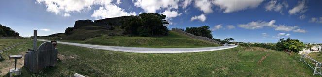 Opinião do panorama de ruínas do castelo de Katsuren em Japão Imagem de Stock Royalty Free