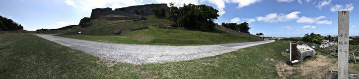 Opinião do panorama de ruínas do castelo de Katsuren em Japão Imagem de Stock