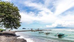 opinião do panorama do timelapse 4K da ilha tropical de Bali, Indonésia Lanscape do oceano, areia preta e ondas, céu bonito east video estoque