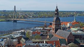 Opinião do panorama do lapso de tempo em Riga da torre da igreja do ` s de St Peter, Letónia video estoque