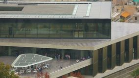 Opinião do panorama do museu novo da acrópole, construção de vidro moderna, muitos turistas filme