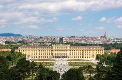 Opinião do panorama no palácio Schloss Schönbrunn do ` de Schonbrunn do ` com o parque fotografia de stock royalty free