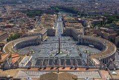 Opinião do panorama sobre o quadrado de St Peter fotografia de stock royalty free