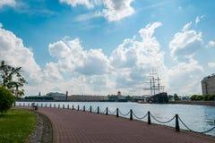 A opinião do parque da ilha de Peter e de Paul Cathedral em St Petersburg, Rússia imagem de stock