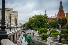 Opini?o do parque perto da fonte Four Seasons entre Alexander Garden e o quadrado de Manezh foto de stock