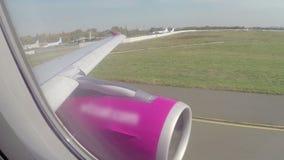Opinião do passageiro dentro da direção de aço da turbina da asa do forro do avião filme
