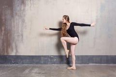 Opinião do perfil Dançarino seguro experiente que tem um ensaio imagens de stock