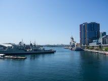 A opinião do perto do oceano no museu marítimo nacional australiano situado no porto querido foto de stock
