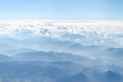 Opinião do plaim das montanhas dos cumes da parte superior foto de stock