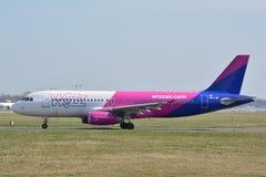 Opinião do plano de WizzAir Fotos de Stock Royalty Free