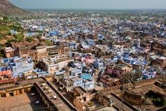 Opinião do ponto culminante na arquitetura da cidade com as casas com paredes azuis Fotografia de Stock Royalty Free