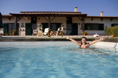 Opinião do poolside do verão imagens de stock