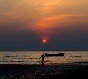 Opinião do por do sol com uma fotografia do fundo do homem Fotografia de Stock
