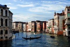 Opinião do por do sol com uma gôndola sobre o canal em Veneza Foto de Stock Royalty Free