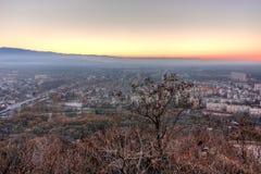 Opinião do por do sol da cidade de Plovdiv do monte do tepe de Dzhendem, Bulgária Fotos de Stock