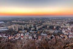 Opinião do por do sol da cidade de Plovdiv do monte do tepe de Dzhendem, Bulgária Imagem de Stock