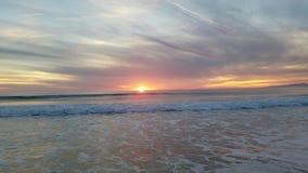 Opinião do por do sol da filtração no oceano 4k video estoque