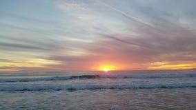Opinião do por do sol da filtração no oceano 4k vídeos de arquivo